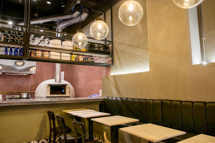 Pizzería la Roma: Paredes y suelos de estilo  por CASA DINAMICA   Arquitectos de Interiores   Bogotá