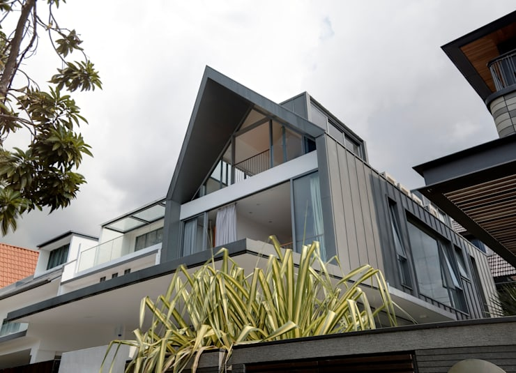 Modern Attap House at 48 Jalan Sukachita:  Houses by Lim Ai Tiong (LATO) Architects,