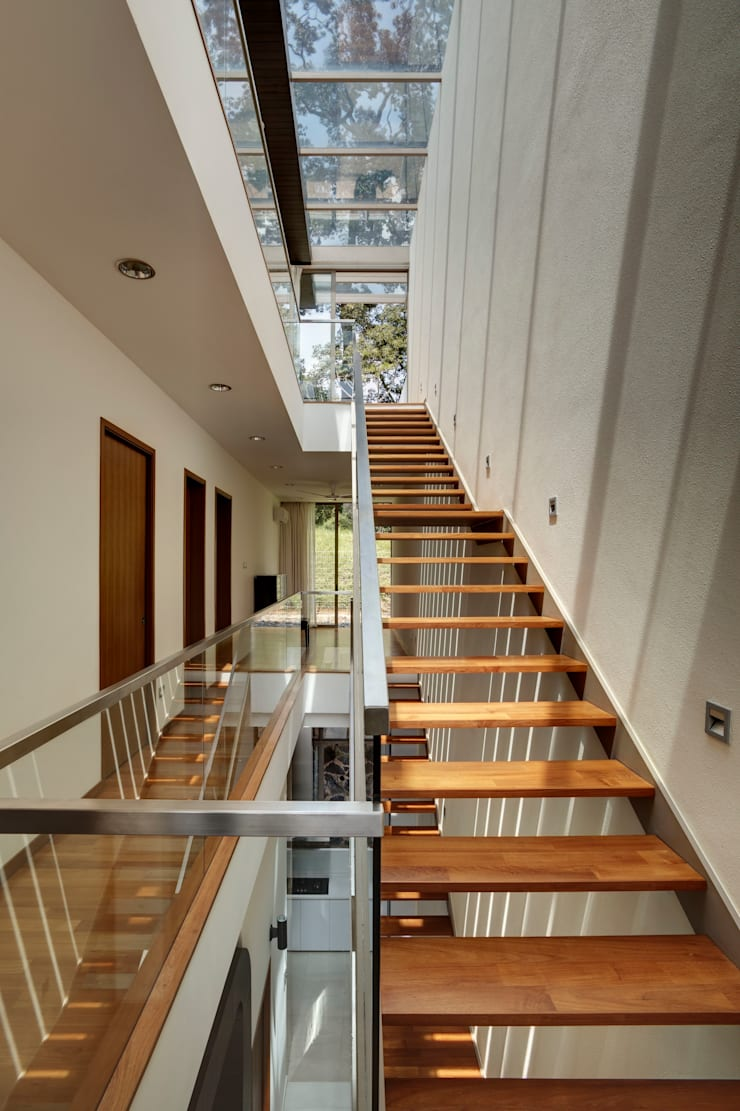 Timber Ribbon House at 115 Ming Teck Park :  Corridor, hallway by Lim Ai Tiong (LATO) Architects