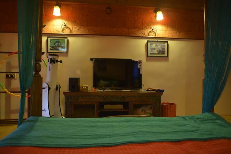 TV Unit :  Multimedia room by RA LIFESTYLES