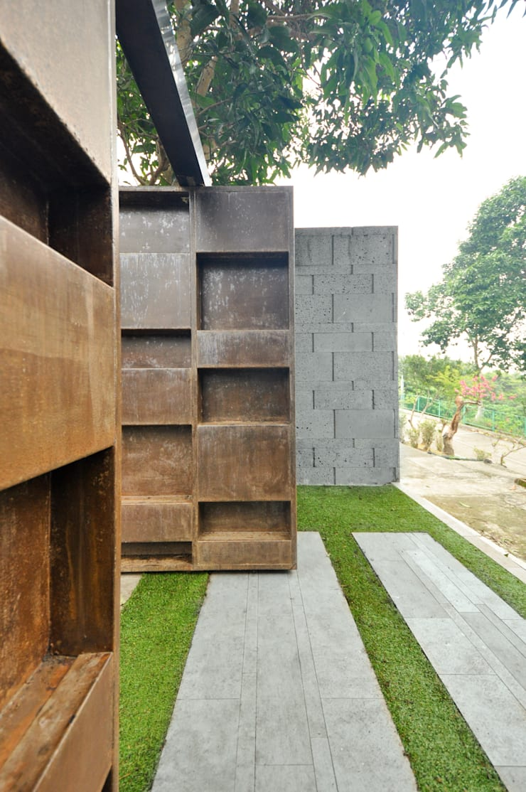 Entrance gate:  Front yard by Nomad Office Architects 覓 見 建 築 設 計 工 作 室