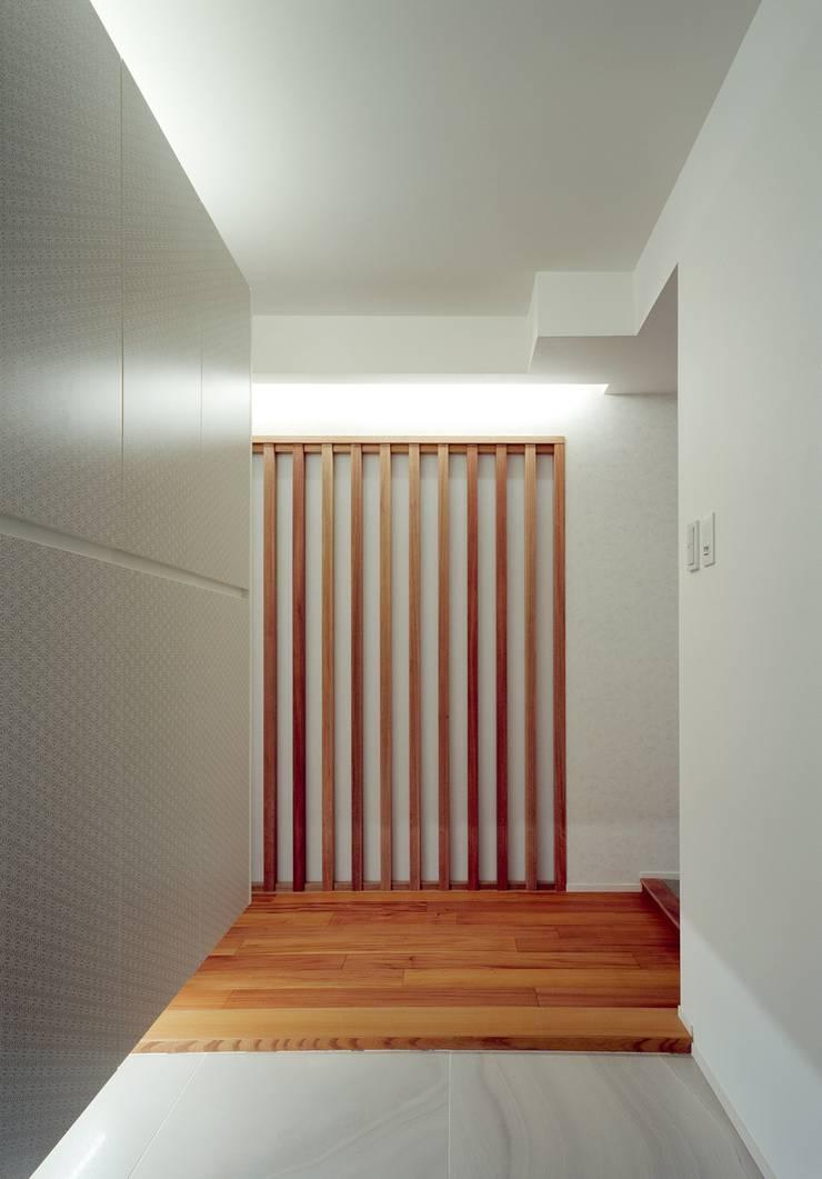 Couloir et hall d'entrée de style  par 株式会社西田順紀アトリエ, Moderne Bois massif Multicolore