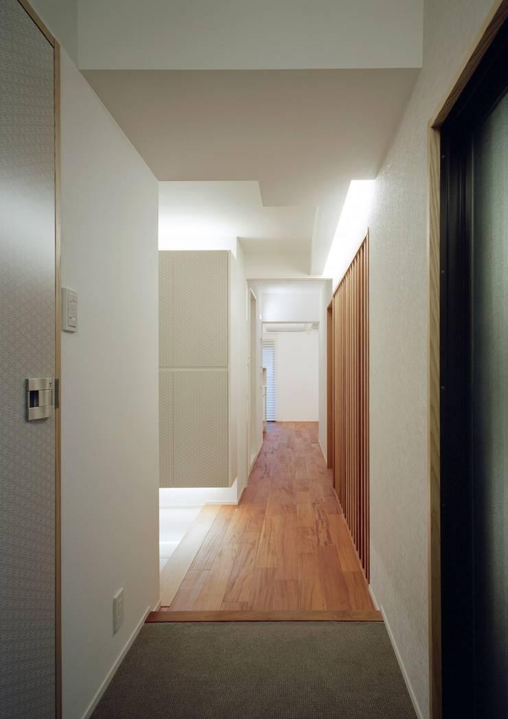 Couloir et hall d'entrée de style  par 株式会社西田順紀アトリエ, Moderne
