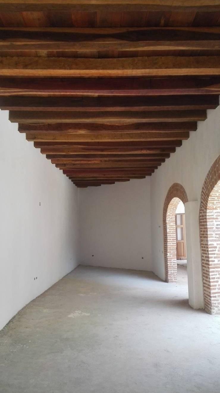 PROYECTO CALLE DEL CANDILEJO CON CALLE COCHERA DEL GOBERNADOR: Habitaciones de estilo  por LAGART SAS