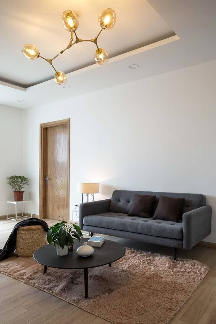 Thảm trải sàn cùng bộ sofa đơn giản nhưng mang lại cảm giác sang trọng.:  Phòng khách by Công ty TNHH Thiết Kế Xây Dựng Song Phát