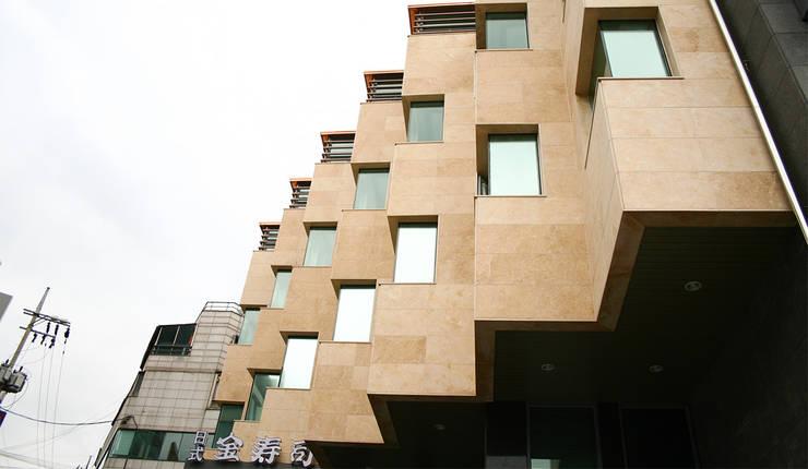 외부부분 (리모델링후): (주)건축사사무소 예인그룹의  계단,