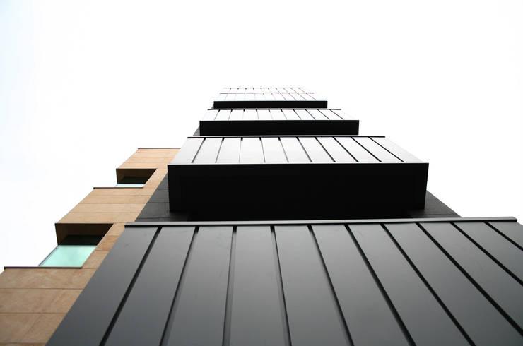 외부부분 (리모델링후): (주)건축사사무소 예인그룹의  바닥,