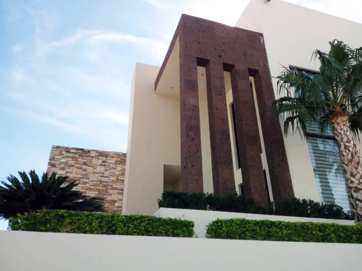 DETALLE DE ACCESO: Casas de estilo  por Acrópolis Arquitectura
