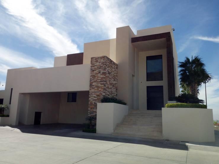 FACHADA: Casas de estilo  por Acrópolis Arquitectura