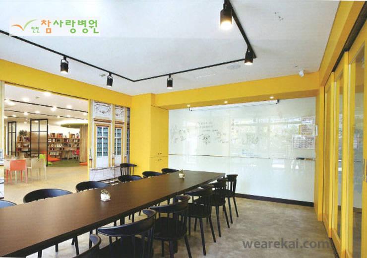 인천참사랑병원 치매카페 및 심리연구소 서비스 디자인(Incheon Chamsarang Hospital): 위아카이(wearekai)의  병원