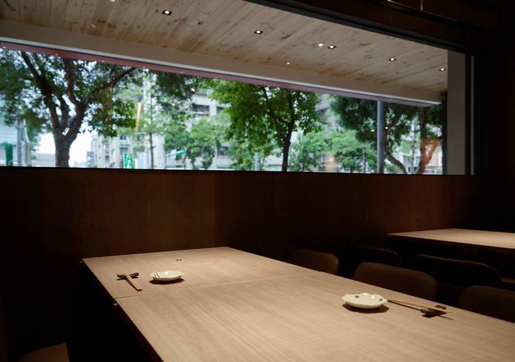 用餐區:  餐廳 by 樸十設計有限公司 SIMPURE Design