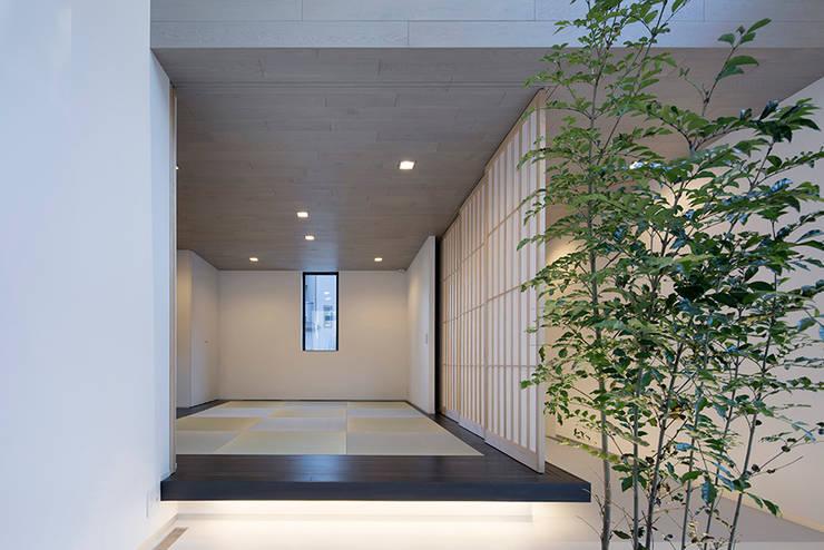 Media room by 松岡淳建築設計事務所, Modern Solid Wood Multicolored