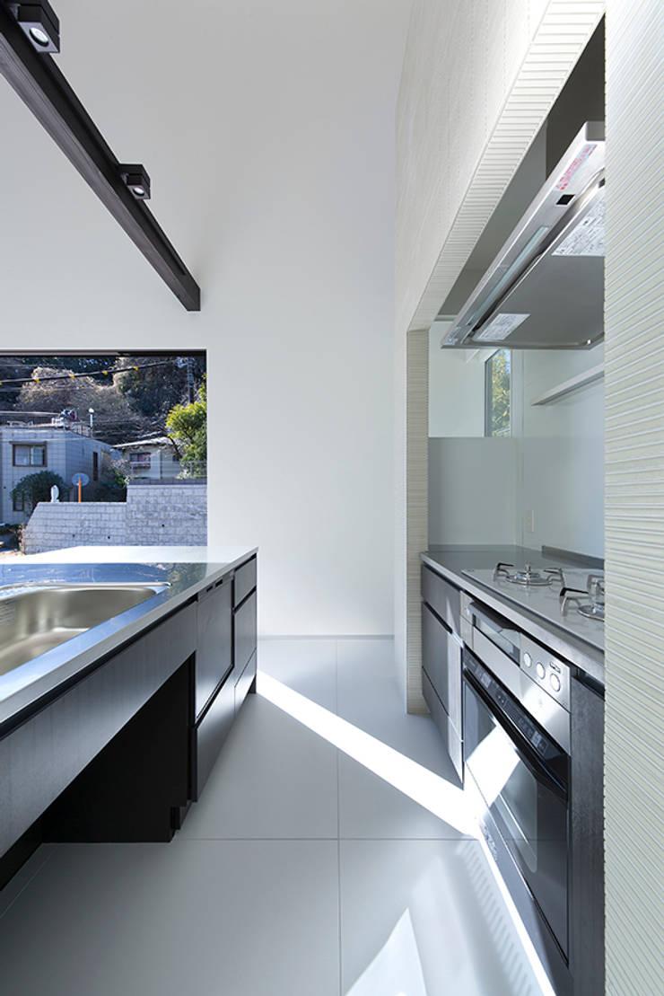 Kitchen by 松岡淳建築設計事務所, Modern Silver/Gold