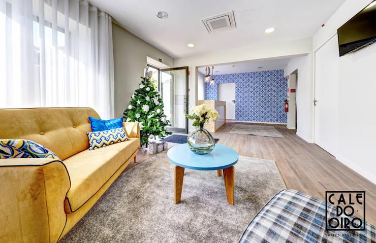 Receção: Salas de estar modernas por EMME Atelier de Interiores