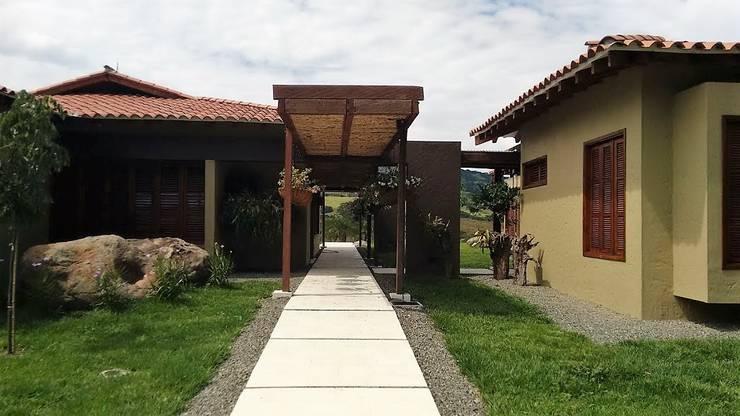 FINCA PUENTE IGLESIAS: Casas campestres de estilo  por Espacios Positivos