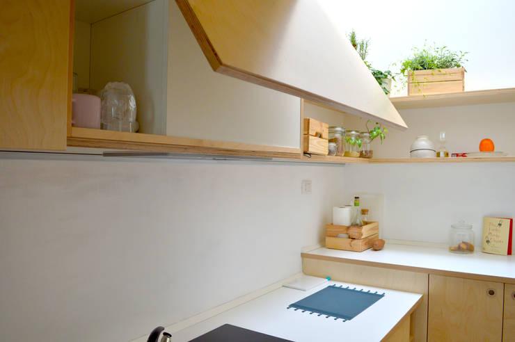 Mini loft a Milano  - Cucina in betulla: Cucina in stile  di BGP studio