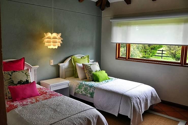 FINCA EL TEBLAZO: Dormitorios de estilo  por Espacios Positivos