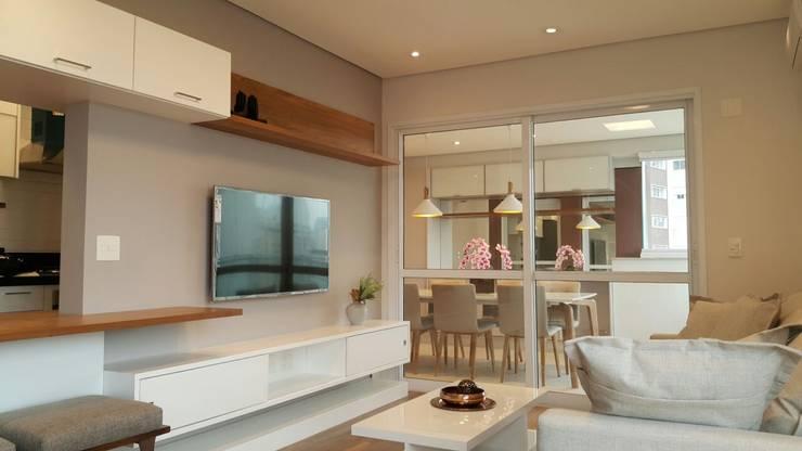 APARTAMENTO DE 86 m2: Salas de estar  por ICONO Projetos e Interiores