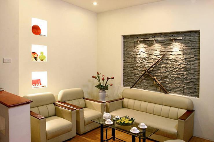 Không gian tầng 1: phòng khách – phòng bếp:  Phòng khách by Công ty TNHH Xây Dựng TM – DV Song Phát