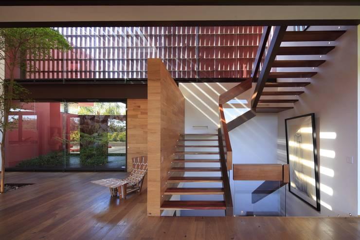 RED HOUSE: Escaleras de estilo  por Hernandez Silva Arquitectos