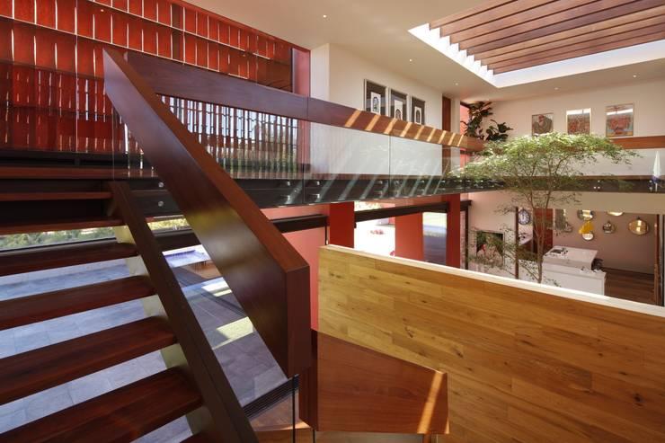 RED HOUSE: Pasillos y recibidores de estilo  por Hernandez Silva Arquitectos