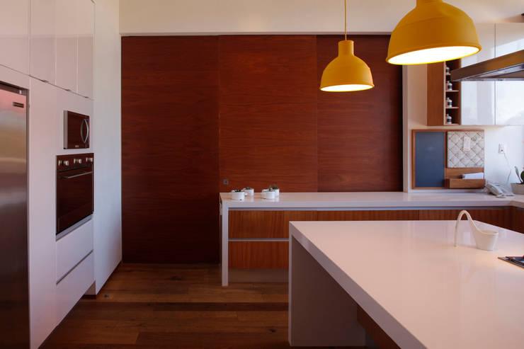 RED HOUSE: Cocinas de estilo moderno por Hernandez Silva Arquitectos