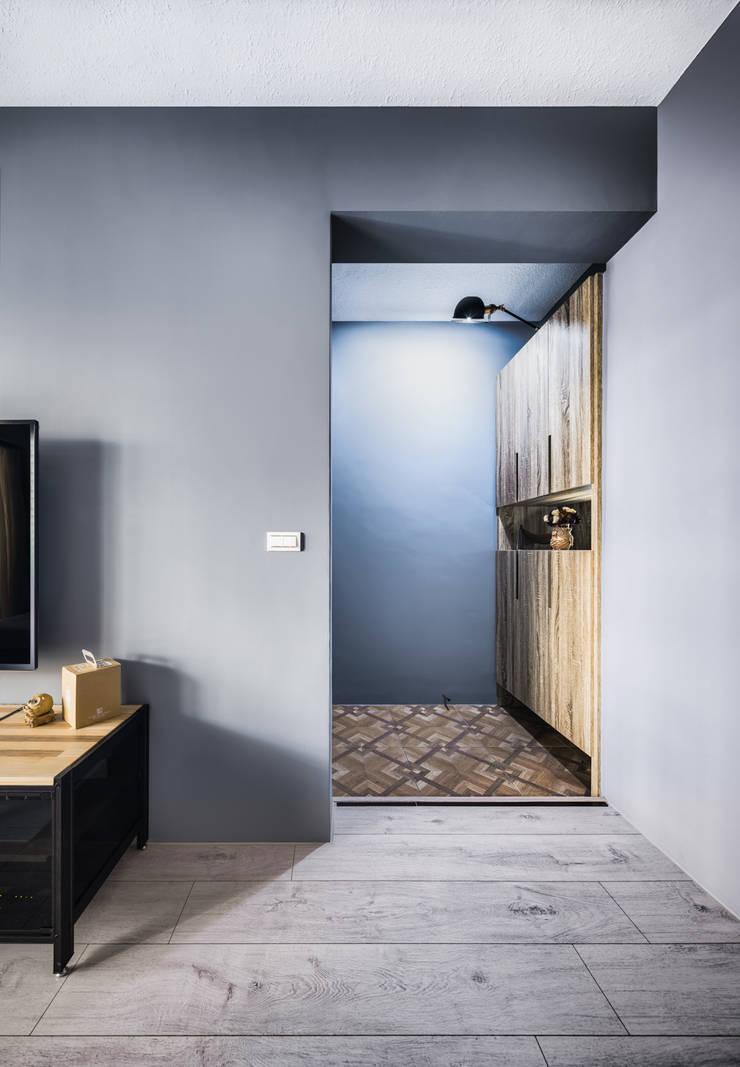 Salones de estilo  de 築室室內設計, Minimalista