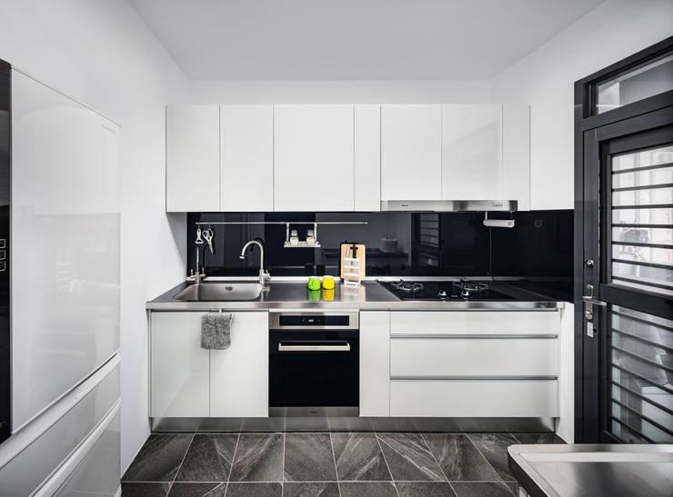 新竹自強路 黎公館:  廚房 by 築室室內設計