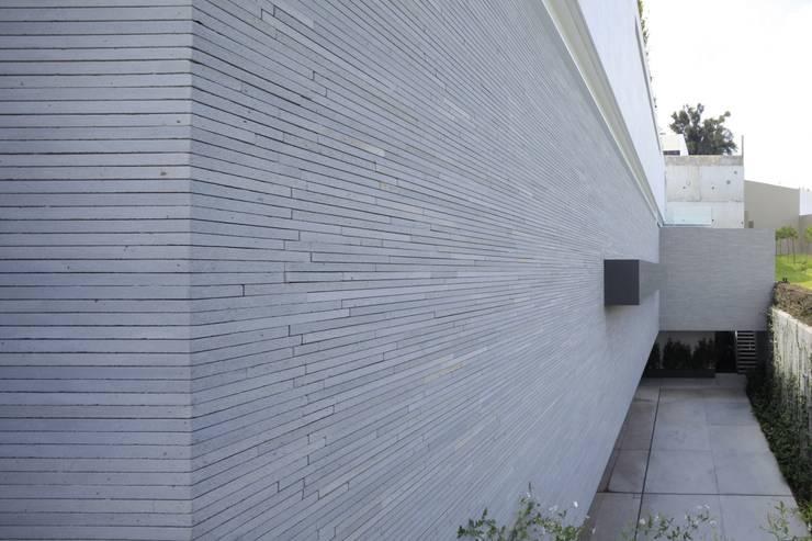 BR HOUSE: Paredes de estilo  por Hernandez Silva Arquitectos