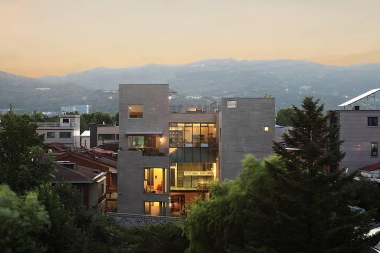 마당을 보는 외부전경: kimapartners co., ltd.의  다가구 주택