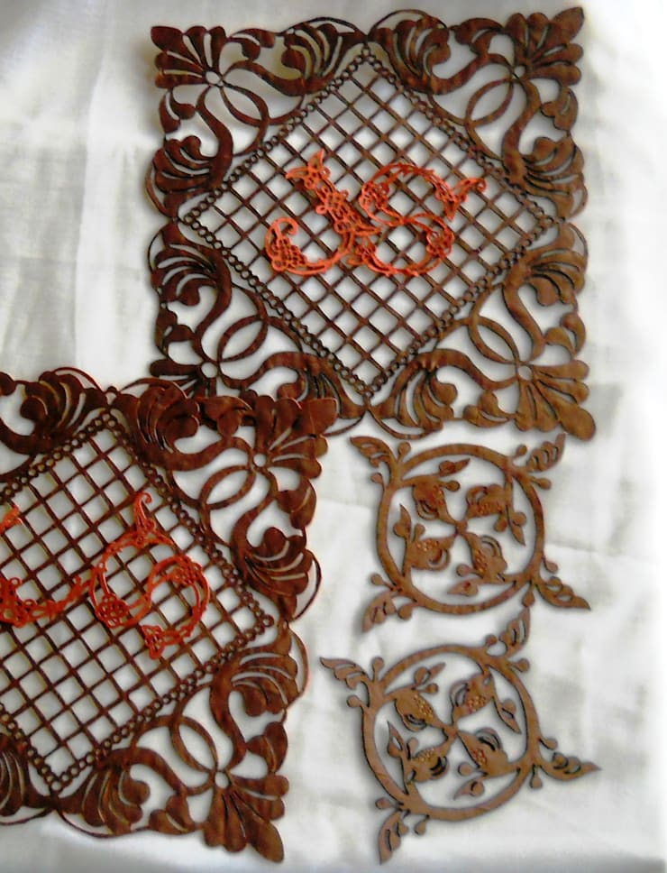 Placemats / glass mats with owner's monogram: modern  by Alexandrova living DECOR, Modern Textile Amber/Gold