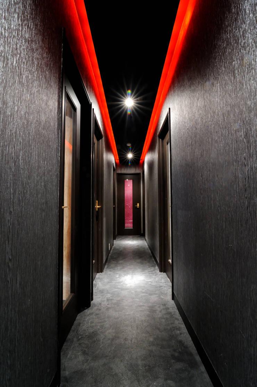 Nowoczesny korytarz, przedpokój i schody od Yunhee Choe Nowoczesny Płytki
