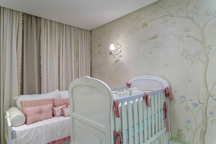 Apartamento Barra - BA: Quartos de bebê  por Pires e Medeiros Arquitetura