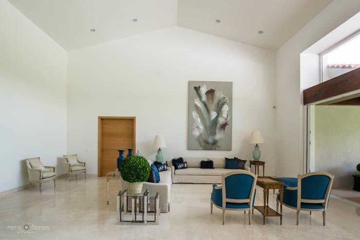 Vestíbulo y Sala: Salas de estilo clásico por René Flores Photography