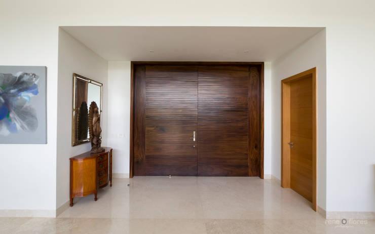 Puerta principal en madera: Puertas de estilo  por René Flores Photography