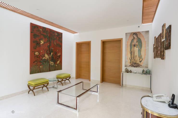 Vestíbulo secundario: Pasillos y recibidores de estilo  por René Flores Photography