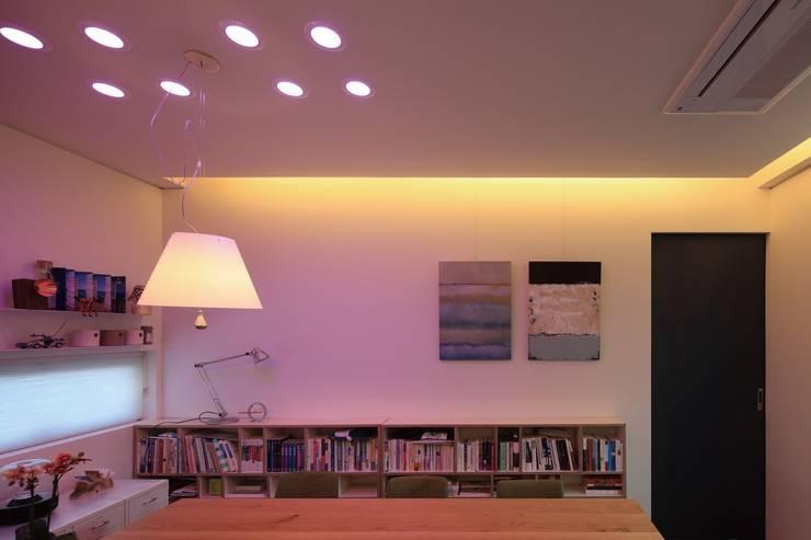 쓰리룸세대(실입주세대) Living Smart Lighting: kimapartners co., ltd.의  거실