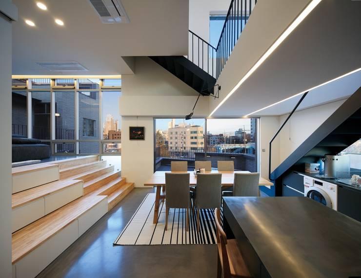 3층세대 Kitchen & Dining & Terrace: kimapartners co., ltd.의  주방