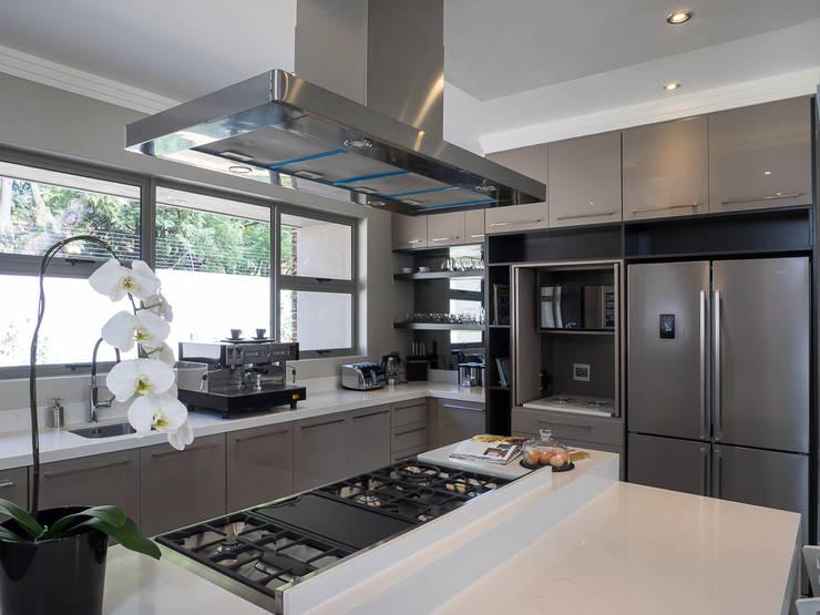 Küchenzeile von Dessiner Interior Architectural, Modern