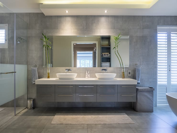 Houghton Residence:  Bathroom by Dessiner Interior Architectural