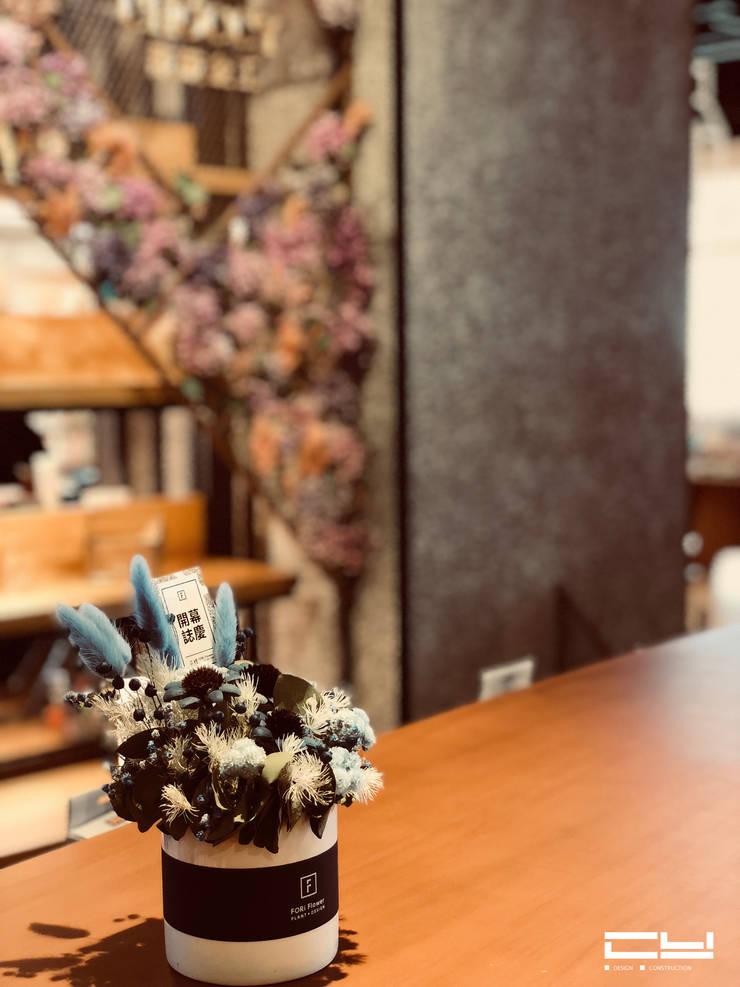 南紡購物中心/誠品書店/敲敲金工 專櫃:  商業空間 by 臣月空間工程