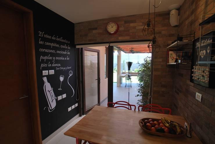 Muro con poema: Cocinas equipadas de estilo  por Selica