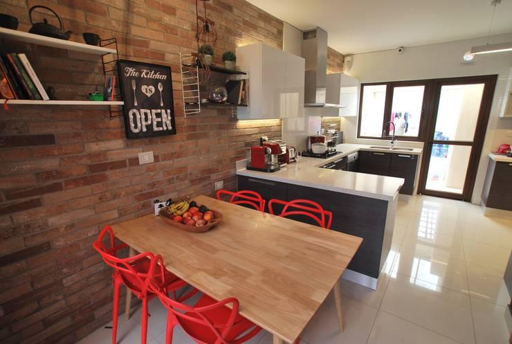 Comedor de diario: Cocinas equipadas de estilo  por Selica