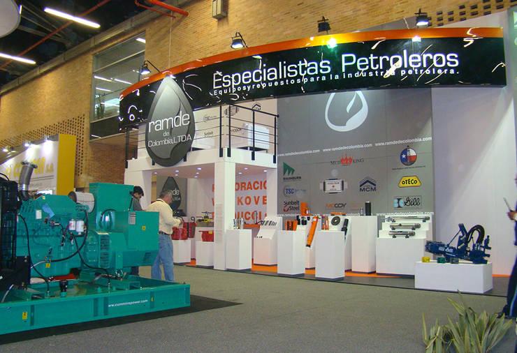 Stand comercial: Centros de exhibiciones de estilo  por Lúdico Arquitectos