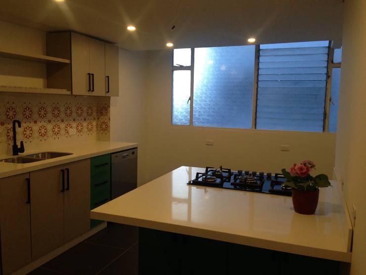 Apartamento Parkway: Cocinas integrales de estilo  por AMR estudio, Minimalista