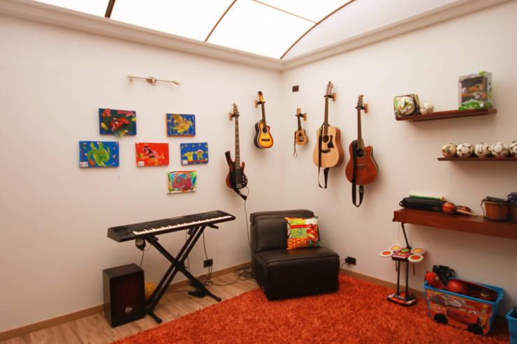Casa Gallego Urrego: Estudios y despachos de estilo  por AMR estudio