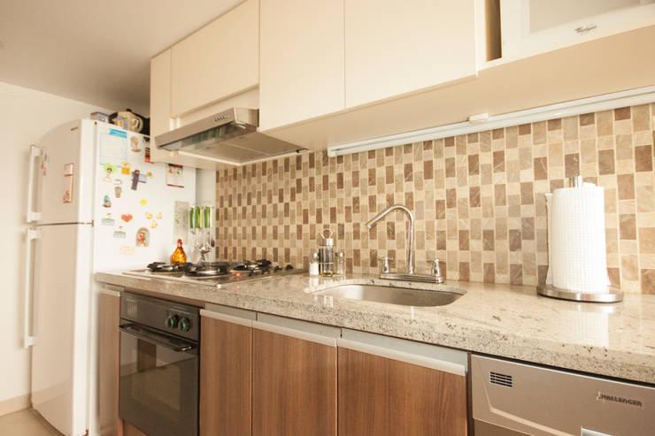 Apartamento Luque Romero: Cocinas de estilo  por AMR estudio