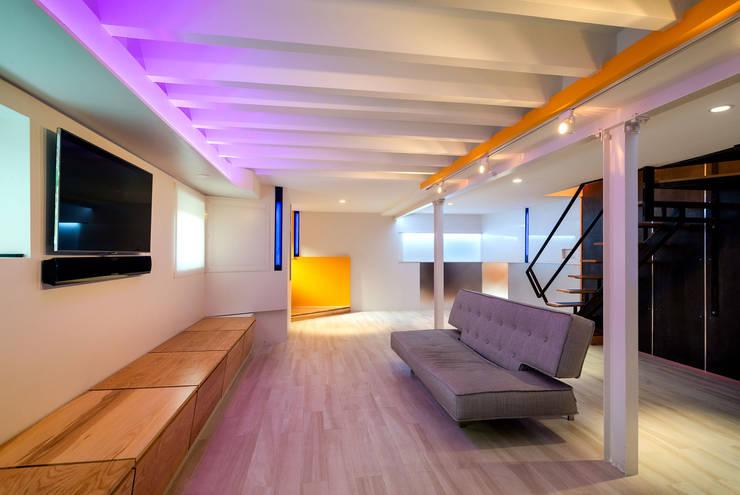 Warren Street: modern Living room by KUBE Architecture