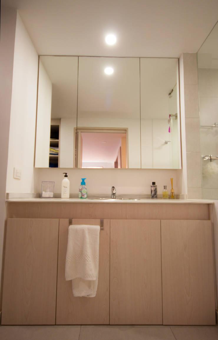 Apartamento Cadavid Restrepo: Baños de estilo  por AMR estudio