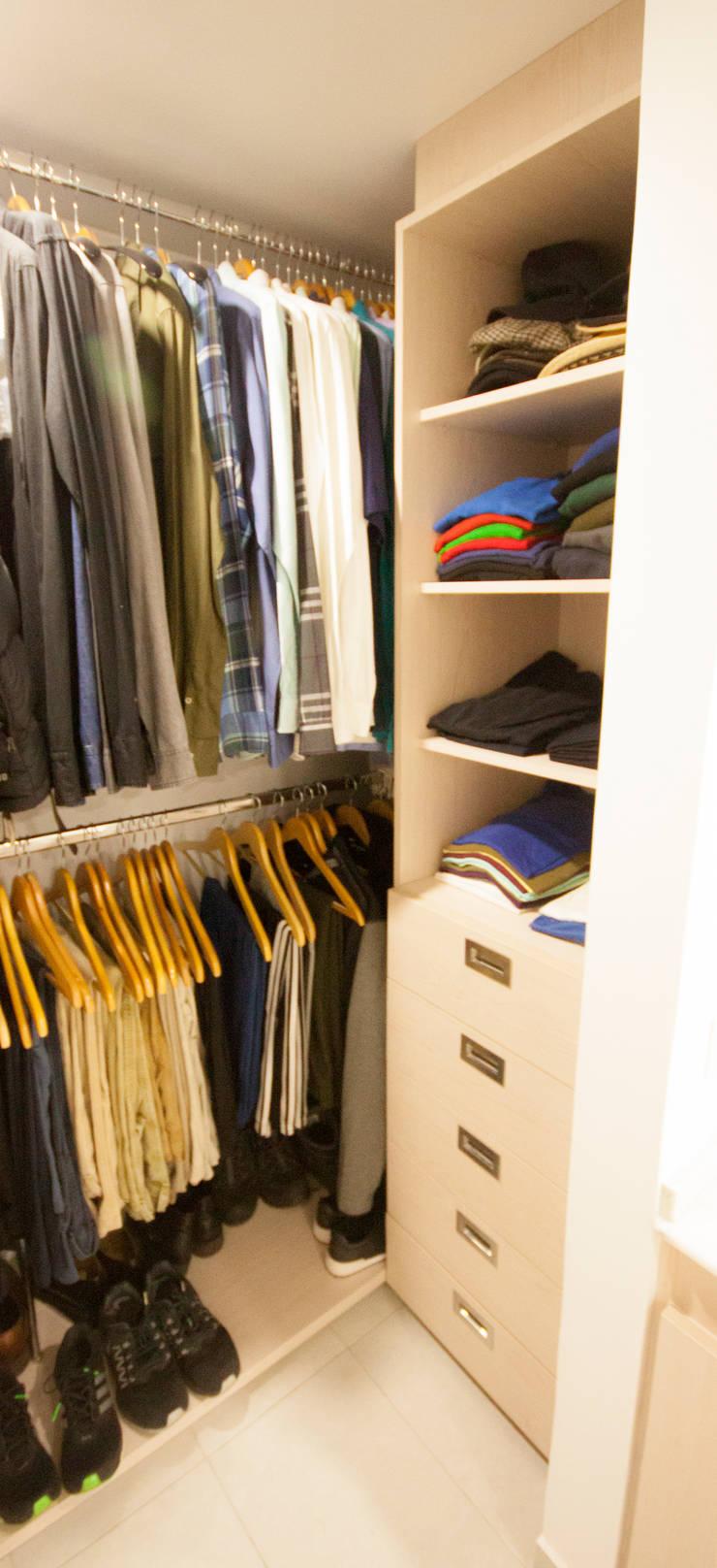 Apartamento Cadavid Restrepo: Vestidores de estilo  por AMR estudio
